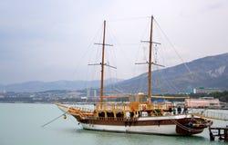 Twee masted fregat bij pijler Stock Foto's