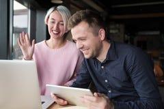 Twee medewerkers die aan laptop samenwerken Vrij ervaren vrouw die haar inferieur verklaren hoe te om computer te gebruiken royalty-vrije stock foto's