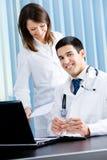 Twee medische mensen op kantoor royalty-vrije stock afbeeldingen
