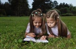 Twee meisje gelezen boek Royalty-vrije Stock Afbeeldingen
