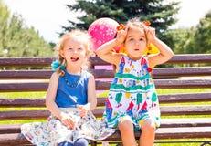 Twee meisjes Aanbiddelijke kleine kinderen Stock Afbeeldingen