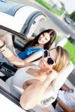 Twee meisjes berijden de auto stock afbeelding