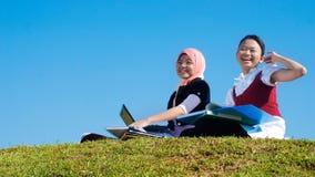 Twee meisjes bestuderen gelukkig Stock Afbeelding