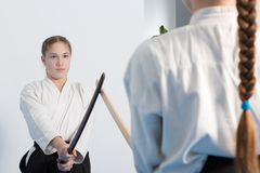 Twee meisjes bij Aikido-de opleiding op witte achtergrond Stock Afbeeldingen