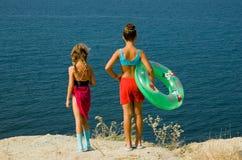 Twee meisjes bij de kust royalty-vrije stock afbeelding