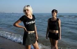Twee meisjes bij het strand Royalty-vrije Stock Fotografie