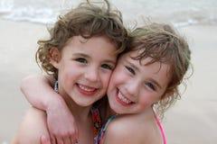 Twee Meisjes bij Strand Royalty-vrije Stock Fotografie