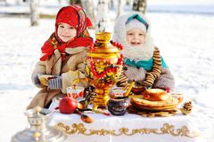 Twee meisjes in bontjassen en sjaals in Russische stijl op van hem stock afbeelding