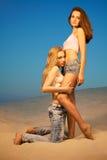 Twee meisjes in de woestijn royalty-vrije stock foto's