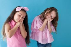 Twee meisjes die aardige slaapslaap spelen stock foto