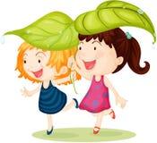 Twee Meisjes die Bladeren op Hoofd dragen Stock Foto