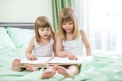 Twee meisjes die boek lezen Royalty-vrije Stock Afbeeldingen