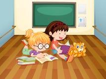 Twee meisjes die boeken binnen een ruimte lezen Stock Afbeelding