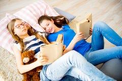 Twee meisjes die boeken lezen Royalty-vrije Stock Fotografie