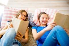 Twee meisjes die boeken lezen Royalty-vrije Stock Afbeeldingen