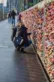 Twee Meisjes die de Liefdesloten in Keulen Koln Duitsland bekijken Royalty-vrije Stock Afbeeldingen