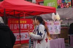 Twee meisjes die de muur bekijken Royalty-vrije Stock Fotografie