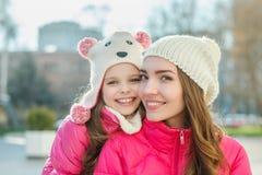 Twee meisjes die in de stad lopen Royalty-vrije Stock Afbeeldingen