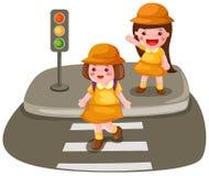 Twee meisjes die de straat kruisen Stock Foto