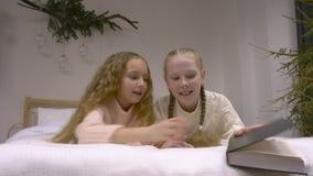 Twee meisjes die een boek lezen stock video