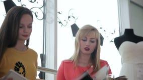 Twee meisjes die een huwelijkskleding kiezen stock video