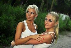 Twee meisjes die elkaar koesteren Stock Foto's