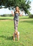 Twee meisjes die en zich op elkaar spelen bevinden Royalty-vrije Stock Fotografie
