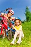 Twee meisjes die fietsen bevestigen Royalty-vrije Stock Afbeeldingen