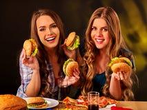 Twee meisjes die grote sandwich eten Royalty-vrije Stock Afbeelding