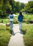 Twee meisjes die hand in hand lopen Royalty-vrije Stock Afbeelding