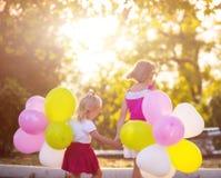 Twee meisjes die in het park spelen Stock Afbeeldingen