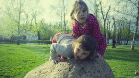 Twee meisjes die in het park spelen stock videobeelden