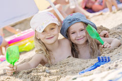 Twee meisjes die in het zand spelen Royalty-vrije Stock Foto