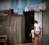 Twee meisjes die in hun huis, Costa Rica binnengaan Stock Fotografie