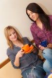 Twee Meisjes die Koffie drinken Stock Foto