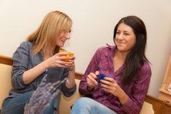 Twee Meisjes die Koffie drinken Stock Afbeelding