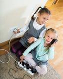 Twee meisjes die met elektriciteit spelen royalty-vrije stock afbeelding