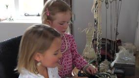 Twee Meisjes die met Juwelen in Oudersslaapkamer spelen stock videobeelden