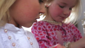 Twee Meisjes die met Juwelen in Oudersslaapkamer spelen stock video