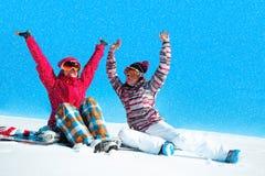 Twee meisjes die met sneeuw spelen Royalty-vrije Stock Foto's