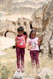 Twee meisjes die naast Ruïnes van Oude Kerk stellen 22,2017 juli in Selime, Aksaray, Turkije Stock Afbeelding
