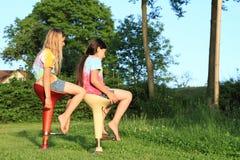 Twee meisjes die op barstoelen zitten Royalty-vrije Stock Foto's