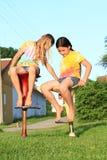 Twee meisjes die op barstoelen zitten Stock Foto