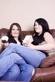 Twee Meisjes die op de Bank zitten die op een Film let Royalty-vrije Stock Fotografie