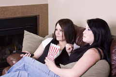 Twee Meisjes die op de Bank zitten die op een Film let Royalty-vrije Stock Foto