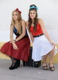 Twee meisjes die op harmonika zitten stock afbeeldingen