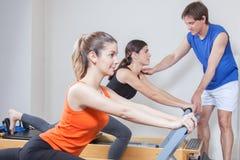 Twee meisjes die in pilates uitoefenen royalty-vrije stock afbeelding