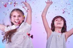 Twee meisjes die pret en het dansen hebben Stock Foto's