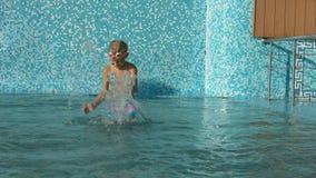 Twee meisjes die pret in het zwembad hebben Royalty-vrije Stock Afbeelding
