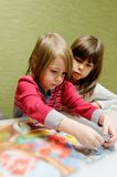 Twee meisjes die raadsel doen royalty-vrije stock foto's